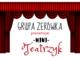 Grupa Zerówka prezentuje mini teatrezyk. Nad napisem czerwona kurtyna